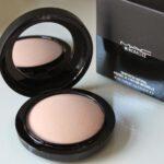 Wir machen das natürliche Mineral-Make-up. Der Puder Mineralize Skinfinish Natural MAC Cosmetics hilft uns dabei!
